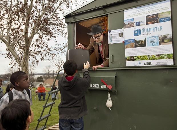 Professor passou quase um ano morando em 'lixeira sustentável', e anunciou outra empreitada para 2015, na qual irá viver em 99 lugares diferentes no Texas (EUA) (Foto: Austin American-Statesman, Laura Skelding/AP)