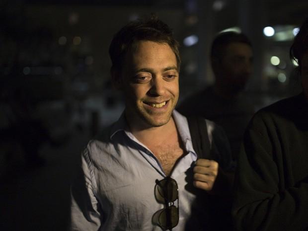 Damian Pachter é visto neste domingo (25) após o desembarque no Aeroporto Internacional Ben Gurion, perto de Tel Aviv (Foto: Amir Cohen/Reuters)