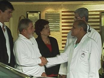 Em 2010, Lula cumprimentou Cláudio Amaro Gomes. O médico, preso nesta terça, ficou responsável pela internação do ex-presidente, que teve mal-estar durante visita ao estado (Foto: Reprodução / TV Globo)