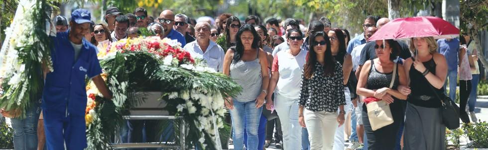 O corpo da dentista Priscila Nicolau, morta no Itanhangá, na zona oeste do Rio, foi enterrado nesta terça-feira (Foto: Fabiano Rocha / Extra / Ag. O Globo)