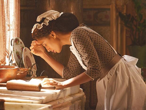 Isabel se sente mal e desperta a curiosidade de madame Besançon (Foto: Lado a Lado / TV Globo)