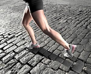 Mulher correndo joelho euatleta (Foto: Getty Images)