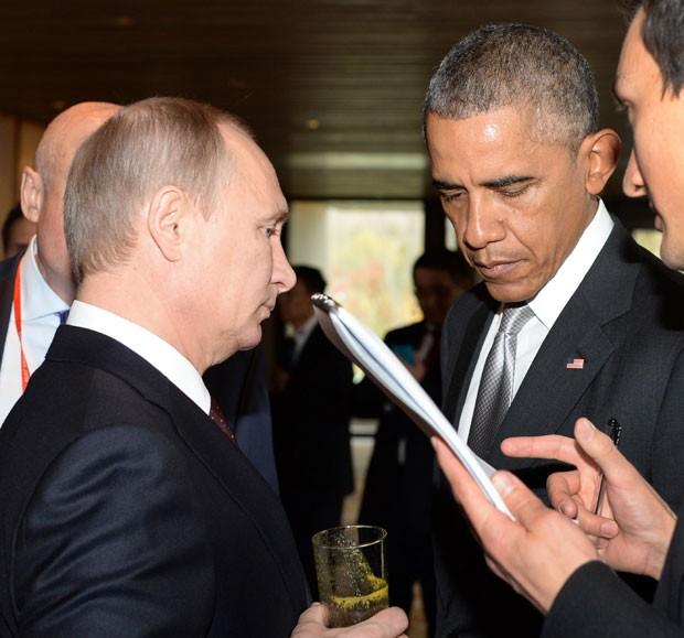 Os presidentes americano, Barack Obama, e russo, Vladimir Putin, conversam durante a cúpula da APEC em Pequim nesta terça-feira (11) (Foto: Alexey Druzhinin/AFP)