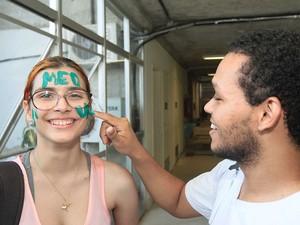 Milena, de MS, é recepcionada por colega no dia da matrícula em Sergipe (Foto: Jorge Henrique/G1)