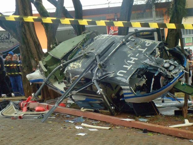 Detalhe do helicóptero que caiu em São Caetano (Foto: Simone de Paulo/VC no G1)