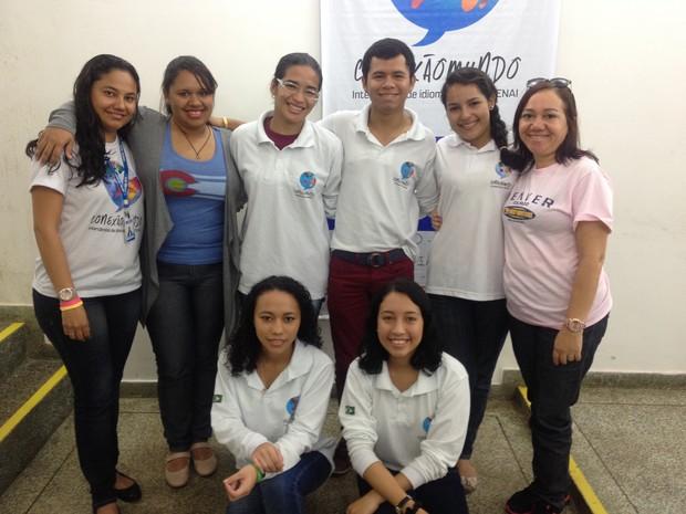 Grupo de estudantes que viajaram aos Estados Unidos acompanhados dos coordenadores da ação (Foto: Cassio Albuquerque/G1)