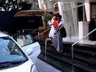 Taís Araújo e Lázaro Ramos passeiam com o o filho em SP