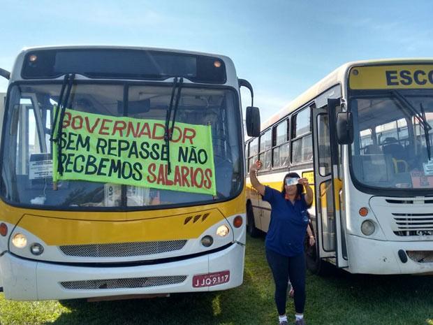 Ônibus de transporte escolar que participaram de ato no DF por pagamento de salários atrasados (Foto: Gabriela Berrogain/G1)