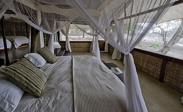 """O """"acampamento"""" de luxo oferece tudo o que um hotel sofisticado tem. A única diferença: está no meio do safári (Foto: Reprodução)"""