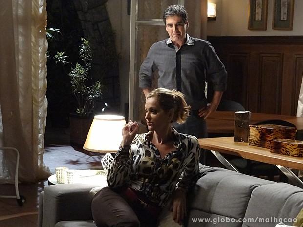 Abelardo tenta convencer Maura de que é bem relacionado (Foto: Malhação / TV Globo)