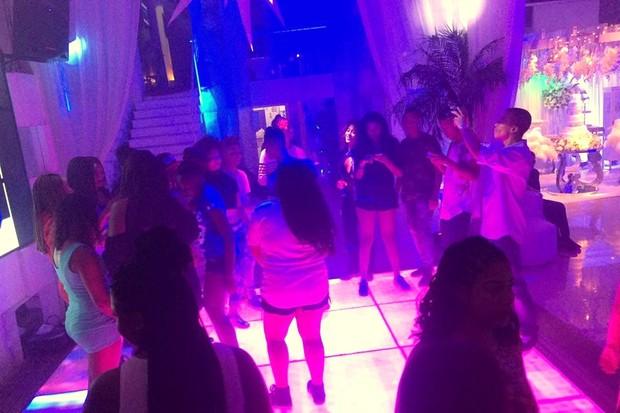 Fãs na pista de dança da festa surpesa no Rio (Foto: Reprodução/Instagram)