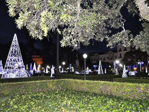 Praça Pedro Sanches recebeu iluminação no tom azul e branco. (Foto: Lúcia Ribeiro/G1)