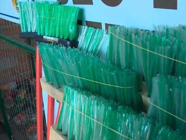 Para fazer uma vassoura caseira, são utilizadas sete garrafas PET. Para vassouras de rua, são usadas 14 garrafas (Foto: Globo)