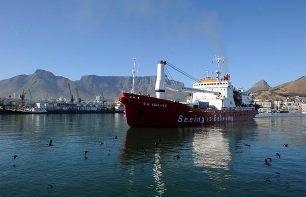 Navio 'SA Agulhas', que leva grupo de exploradores até a Antártica (Foto: Alexander Joe/AFP)