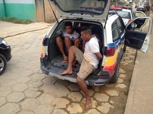 Presos foram detidos pela polícia, pouco depois do assalto (Foto: Fernando Sertão / Inter TV dos Vales)