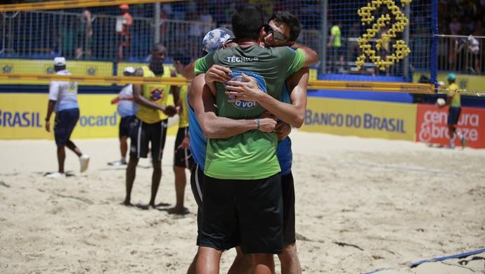 Oscar e André abraço técnico Marcelo Carvalhaes título niterói vôlei de praia (Foto: Paulo Frank/CBV)