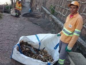 Elison mostra o que foi recolhido do rio em um dia de trabalho (Foto: Ana Carolina Levorato/G1)
