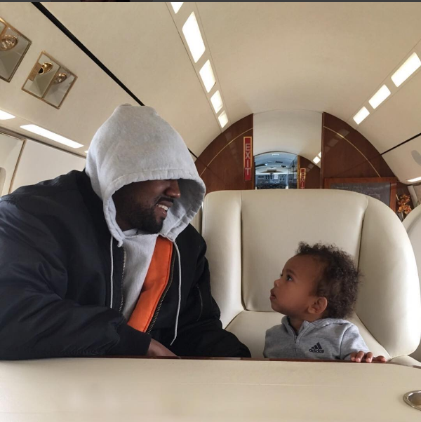 Kanye West com o caçula, Saint.  (Foto: Reprodução/Instagram)