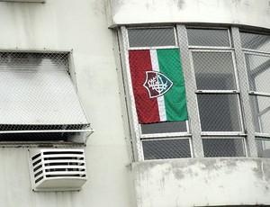 bandeira do Fluminense na janela Nelson Rodrigues Filho e Mario Neto (Foto: Alexandre Alliatti / Globoesporte.com)
