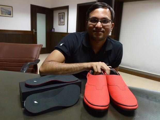 Krispian Lawrence, presidente da empresa criadora dos sapatos que vibram e  usam GPS para dar