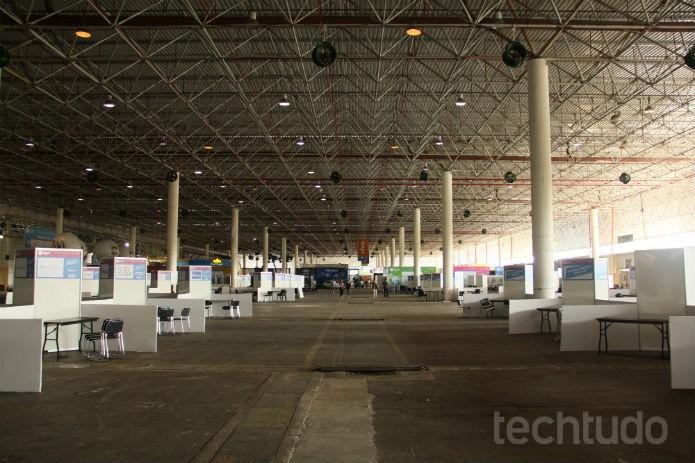 Com o pavilhão ainda vazio, parece que muito será concluído durante o primeiro dia (Foto: Renato Bazan/TechTudo)