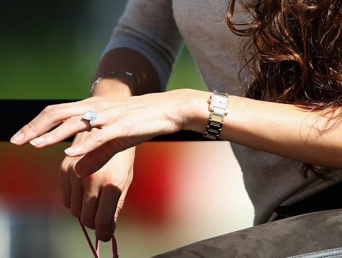 Jessica Michibata exibe anel de diamantes dado por Jenson Button (Foto: Getty Images)