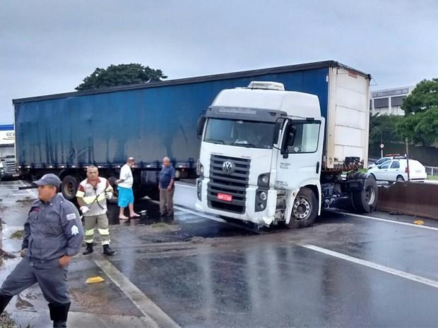 Acidente com caminhão bloqueia a Dutra em Taubaté (Foto: Arquivo Pessoal/ Marcos Castilho)