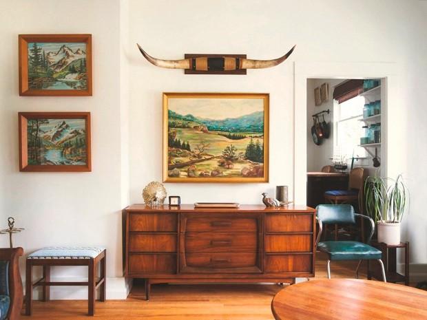 À esquerda, na loja Homestead, em Seattle, nos Estados Unidos, o par de pinturas de montanhas é um paint by number, popular nas décadas de 1950 e 1960 (Foto: Homestead Seattle / Divulgação)