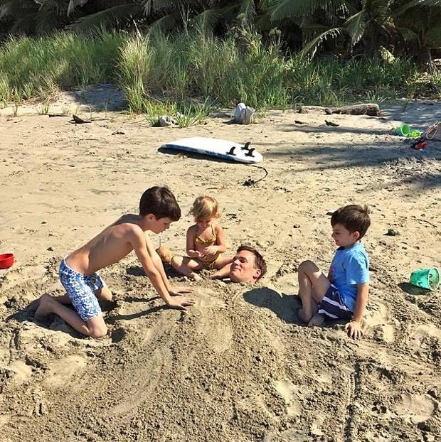 Tom Brady brincando com os filhos (Foto: Reprodução)