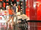 Magrinha, Joana Balaguer passeia com o primeiro filho em shopping
