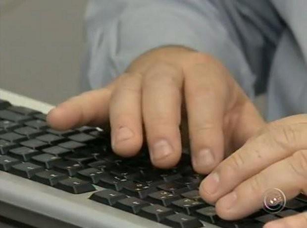 """Basta teclar """"enter"""" para que todas as informações cheguem até a central (Foto: Reprodução/TV TEM)"""