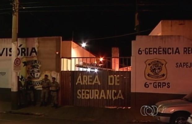 Presos são atingidos por balas de borracha durante motim na CPP em Rio VerdeGoiás (Foto: Reprodução/TV Anhanguera)