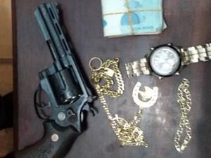 Arma usada em assalto e objetos roubados foram recuperados pela polícia em Medicilância, no sudoeste do PA. (Foto: Divulgação/Polícia Civil do Pará)