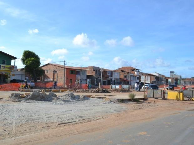 A um mês da Copa das Confederações, principal via de acesso ao Castelão tem cenário de obras (Foto: André Teixeira/G1)