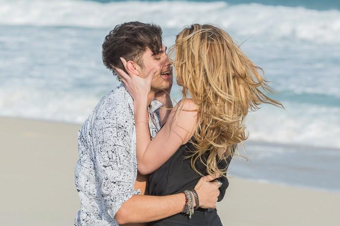 Tudo acontece quando Diana e Léo Régis estão namorando em uma praia (Foto: Artur Meninea)
