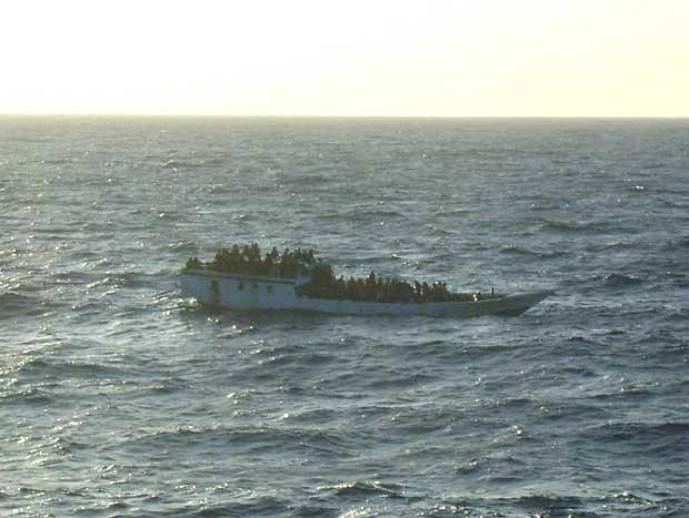 Autoridade Australiana de Segurança Marítima mostra imagem de barco que transportava imigrantes, antes de a embarcação naufragar perto das Ilha Christmas, no Oceano Índico. (Foto: Autoridade Australiana de Segurança Marítima / AP Photo)