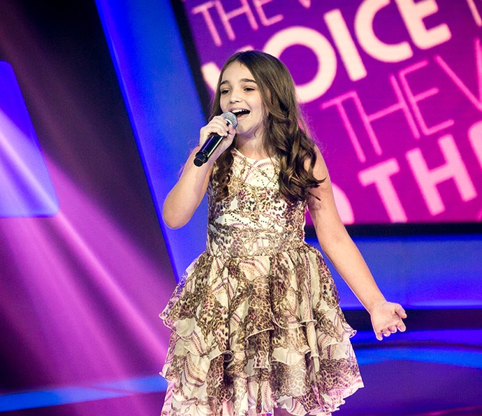 "Luiza Haggsträm canta ""Somewhere over the rainbow"" no palco do The Voice Kids (Foto: Isabella Pinheiro/Gshow)"