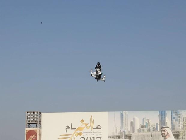 Motos voadoras e robôs são as novas armas da polícia de Dubai