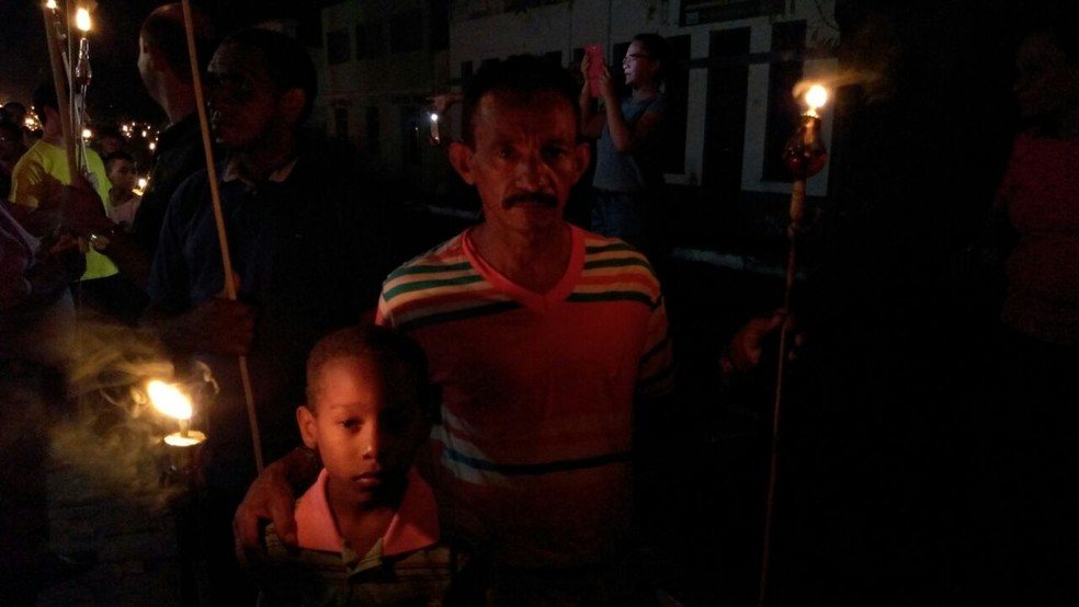 Francisco Expedito participa da procissão para agradecer pela vida do filho (Foto: Ellyo Teixeira/G PI)