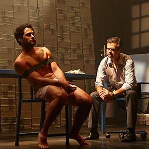 Em nenhum momento a tortura é mostrada, mas Pedro aparece mais machucado a cada ato (Foto: Divulgação)