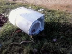 Criança foi encontrada dentro de máquina de lavar (Foto: Márcio Garcia)