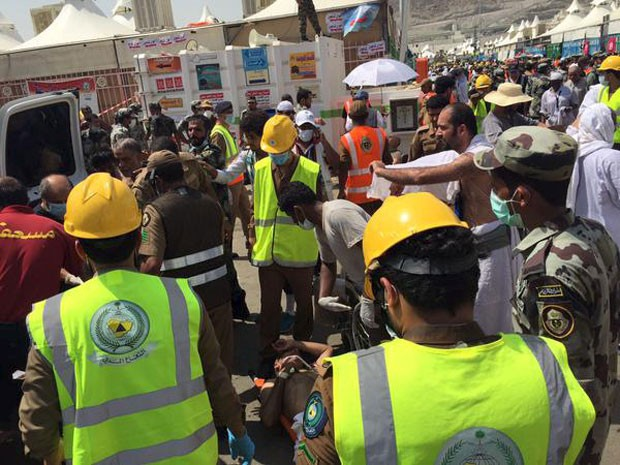 Defesa Civil saudita tenta resgatar peregrinos feridos em tragédia durante a peregrinação anual a Meca nesta quinta-feira (24) (Foto: Directorate of the Saudi Civil Defense/Reuters)