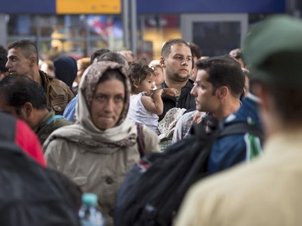 Refugiados chegam à estação central de trem de Munique, na Alemanha, na terça 91º) (Foto: Reuters/Lukas Barth)