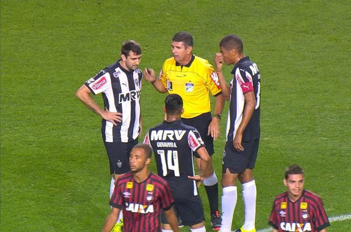 Atlético-PR x Atlético-MG - arbitragem (Foto: Reprodução/PFC)