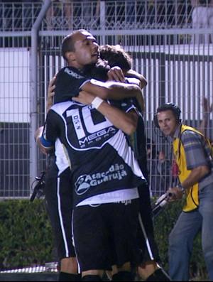 Jogadores da Ponte Preta comemoram gol contra o Atlético-GO (Foto: Reprodução EPTV)