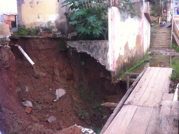 Parte da rua Jaçanã cedeu em dezembro de 2013, moradores improvisaram ponte, mas buraco só aumenta (Foto: Zana Ferreira/ G1)