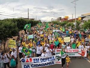 Protesto mobilizou moradores na cidade de Lucas do Rio Verde, neste domingo (Foto: Assessoria/OAB-MT)