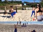 Isis Valverde malha em praia: 'Feriado também é dia'