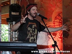 Virgílio apresenta os vencedores do festival (Foto: Malhação / TV Globo)
