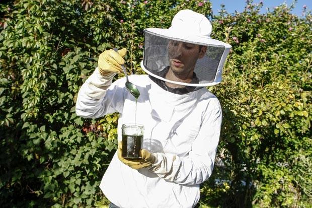 O apicultor Maxime Favier mostra um vidro de mel verde produzido por suas abelhas. (Foto: Reuters/Emmanuel Foudrot )